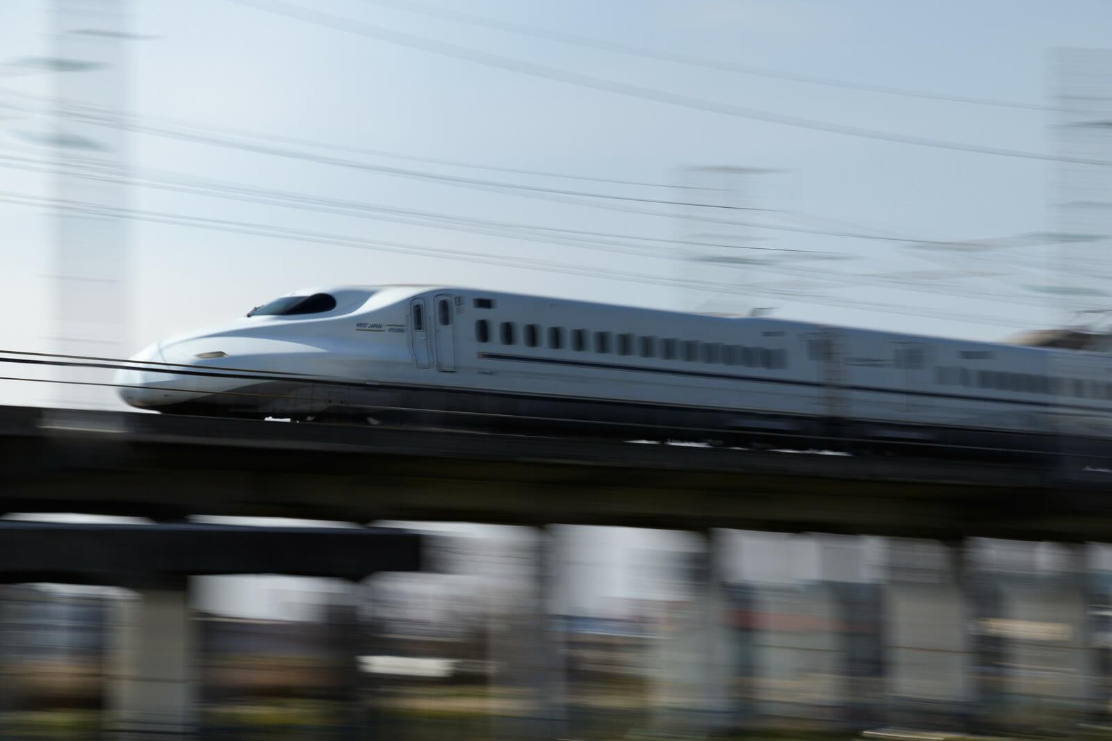 スピードを出して走る新幹線