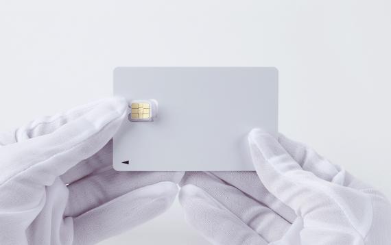 SIMカードを台紙から切り取る