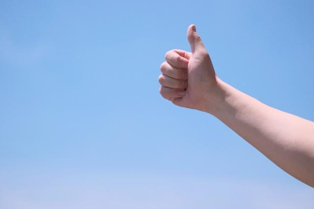 親指を立ててOKサインを出す画像
